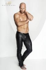 Pantalon STRONGER Hard : Pantalon en wetlook mat, ceinture à passants en vinyle brillant, et décoration de fins anneaux de métal sur les cotés.